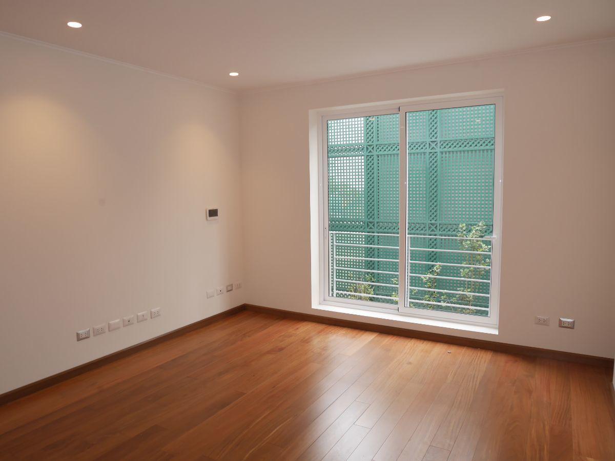 30 de 39: Amplio dormitorio secundario con baño incorporado
