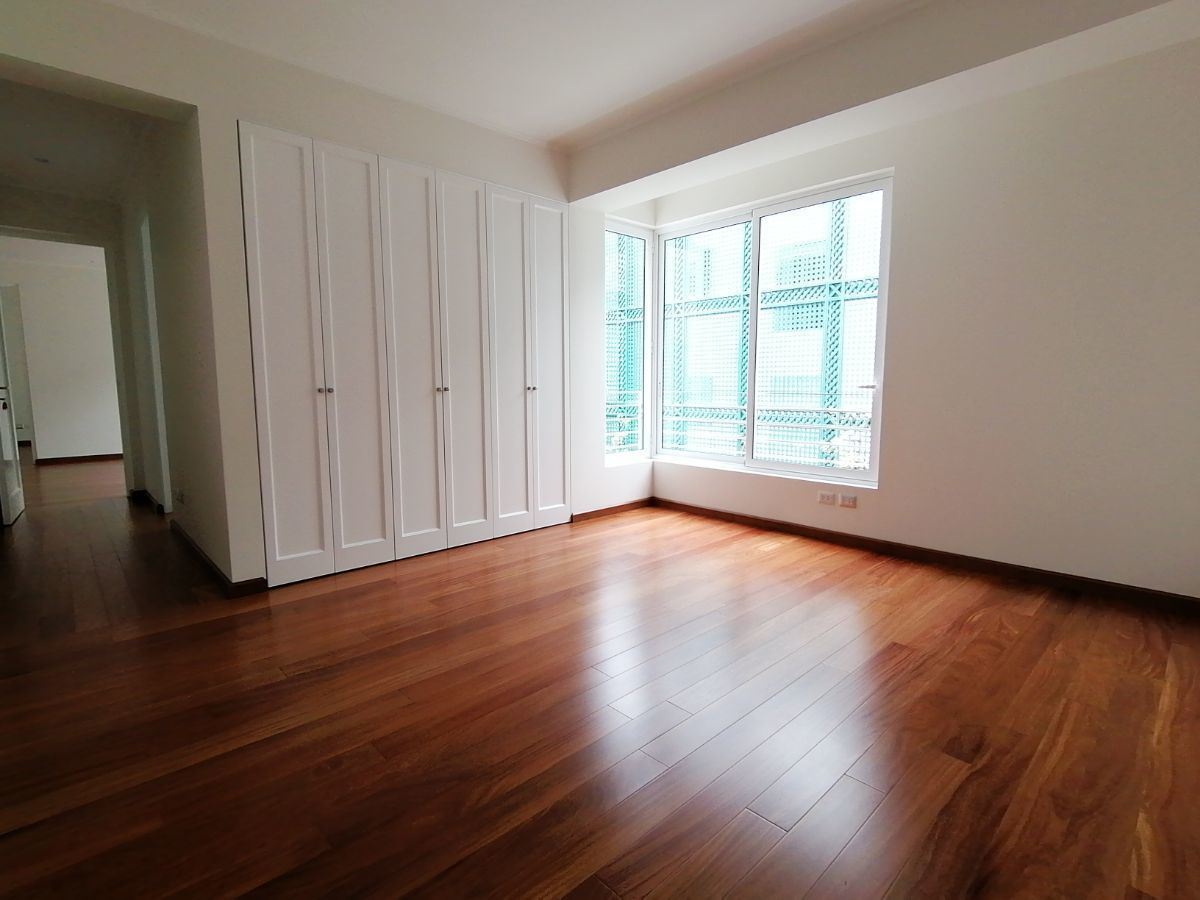 22 de 39: Gran dormitorio secundario que sale a sala de estar familiar