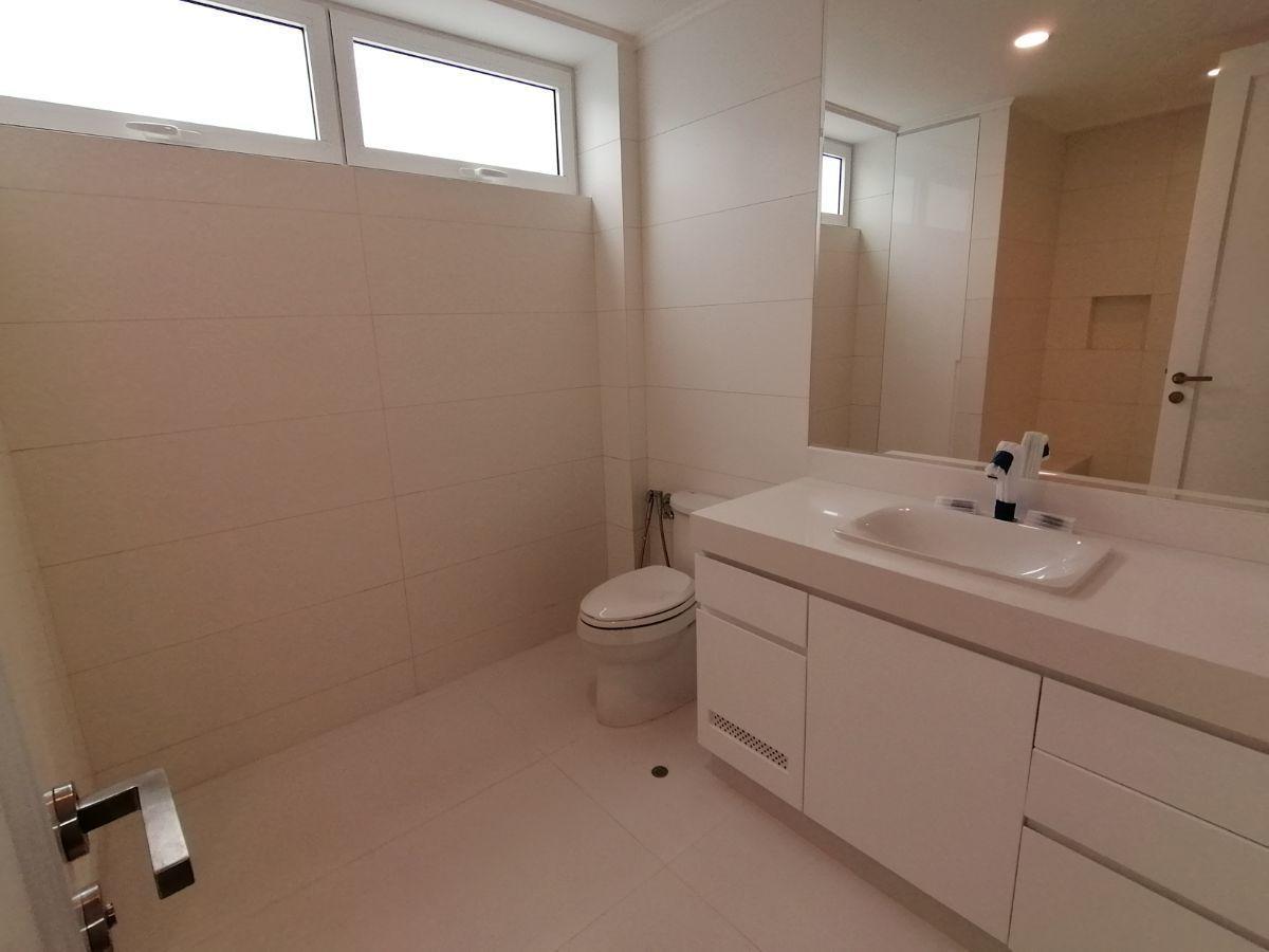 33 de 39: Amplio baño secundario