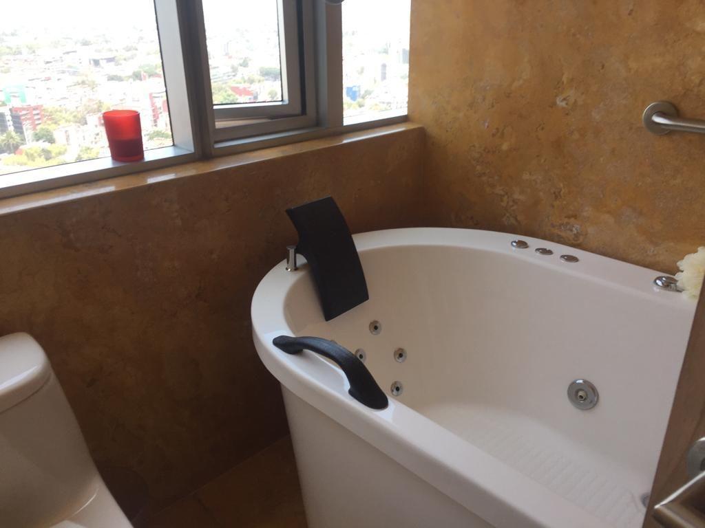 19 de 45: Baño con jacuzzi