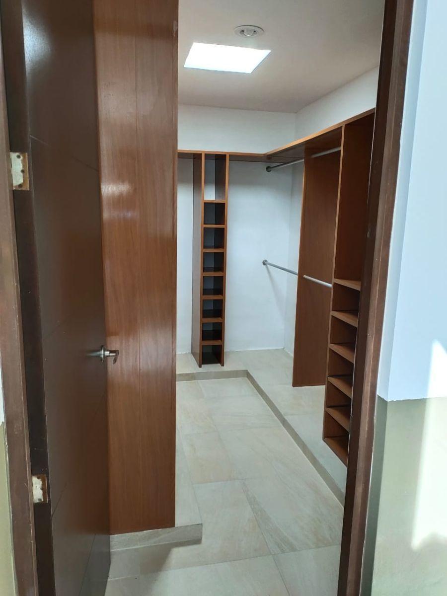 13 de 21: Closet Vestidor Principal