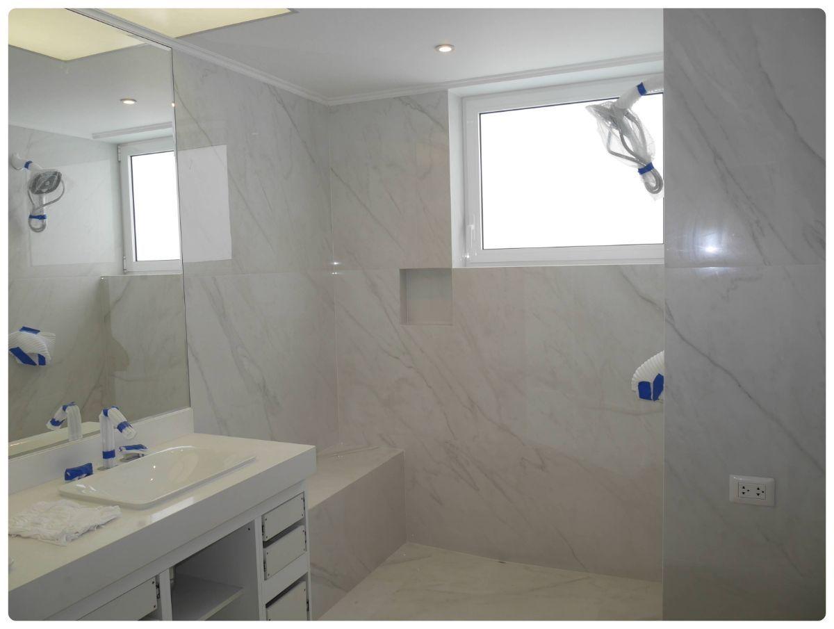 31 de 36: Lujoso baño con gran ducha, counter con 2 ovalines Kohler