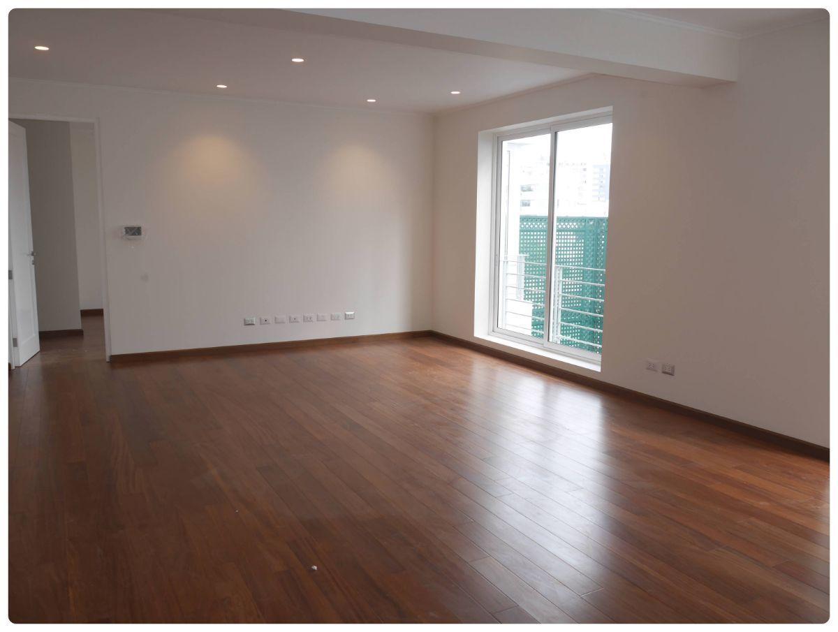 11 de 36: Gran sala de estar que está al centro de 2 dorm secundarios