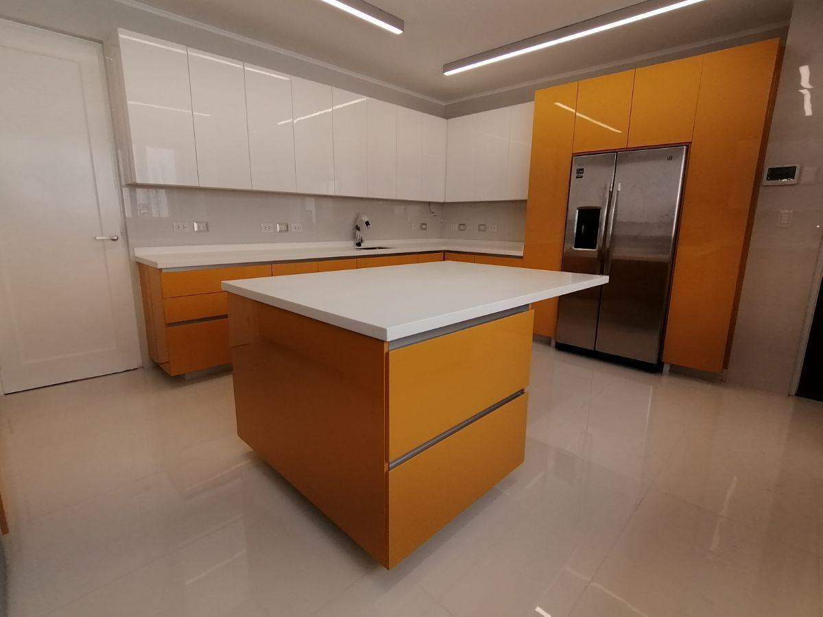 26 de 36: Gran cocina moderna con isla y mucha luz