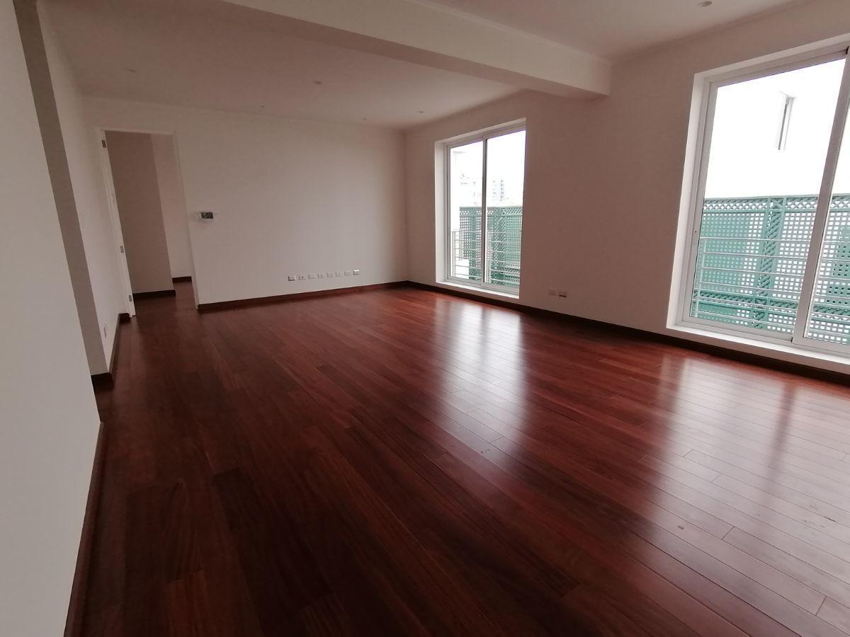12 de 36: Gran sala de estar que está al centro de 2 dorm secundarios