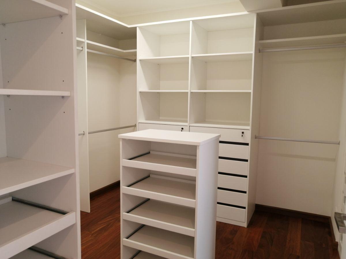 19 de 36: Gran Walk-in-closet con isla y además tiene closet pared