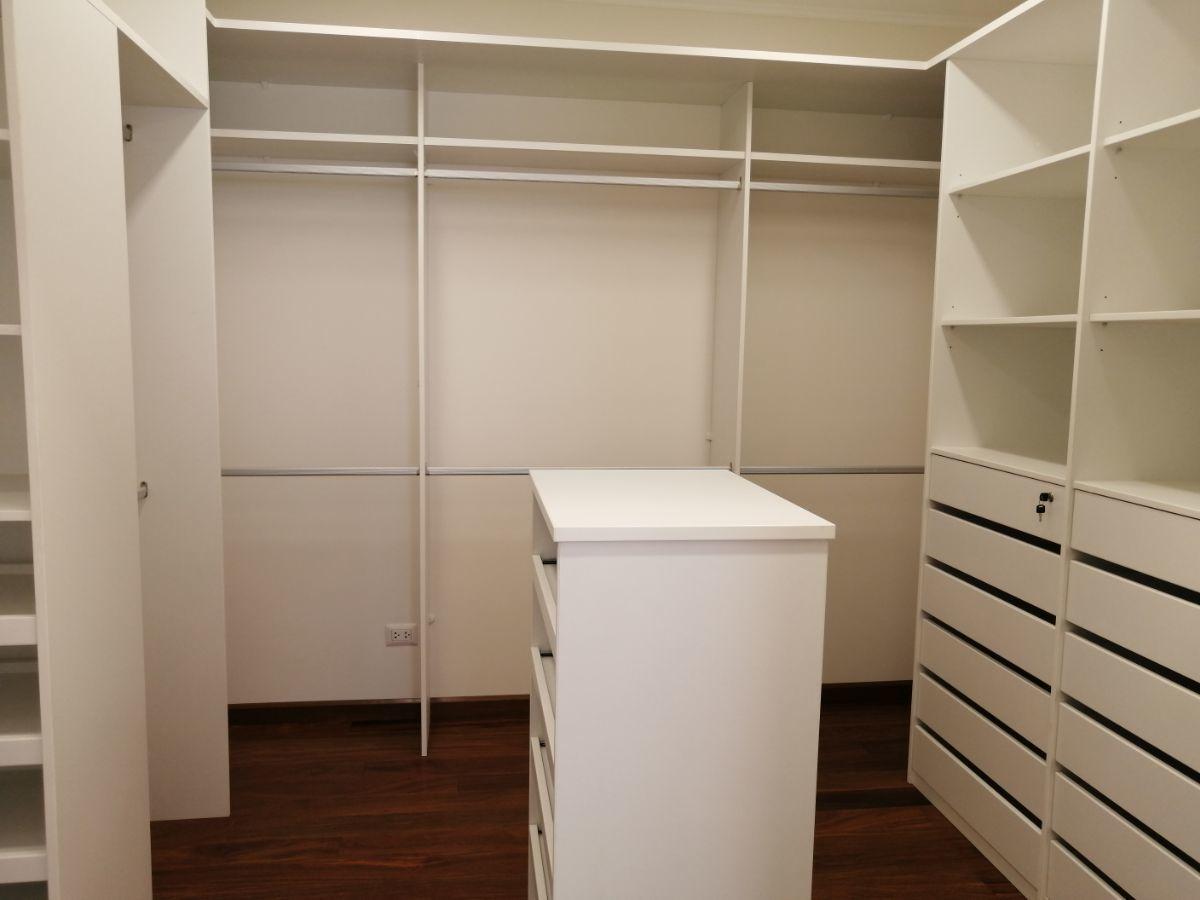 17 de 36: Gran Walk-in-closet con isla y además tiene closet pared