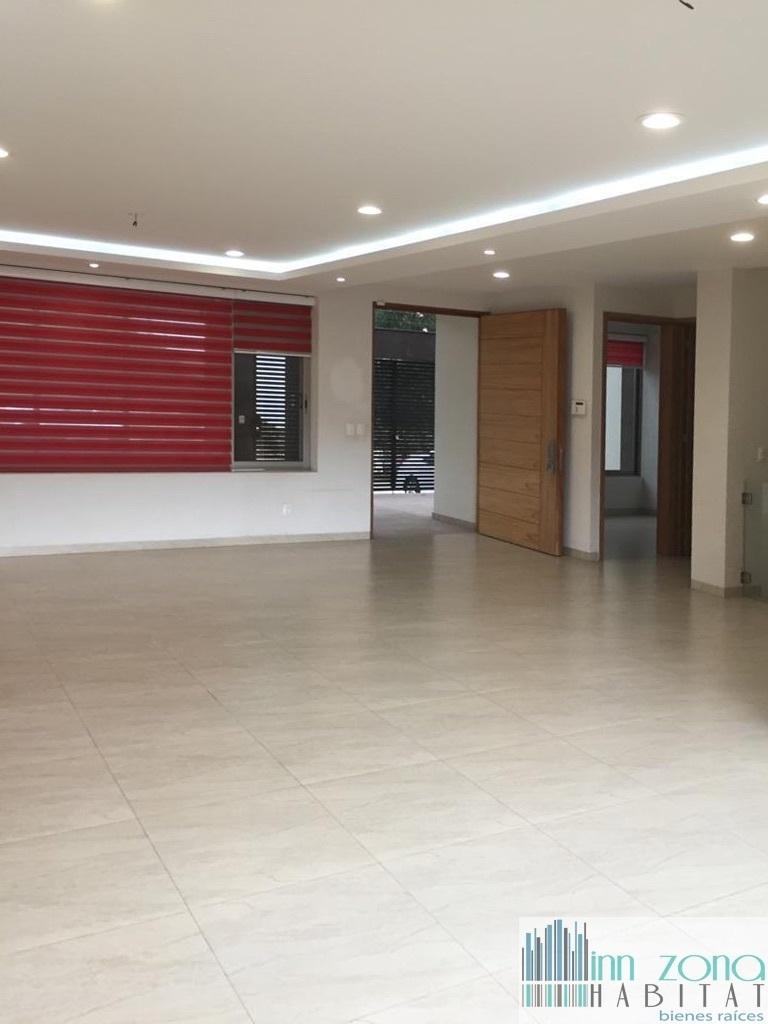 2 de 20: Entrada y amplia área de sala comedor.