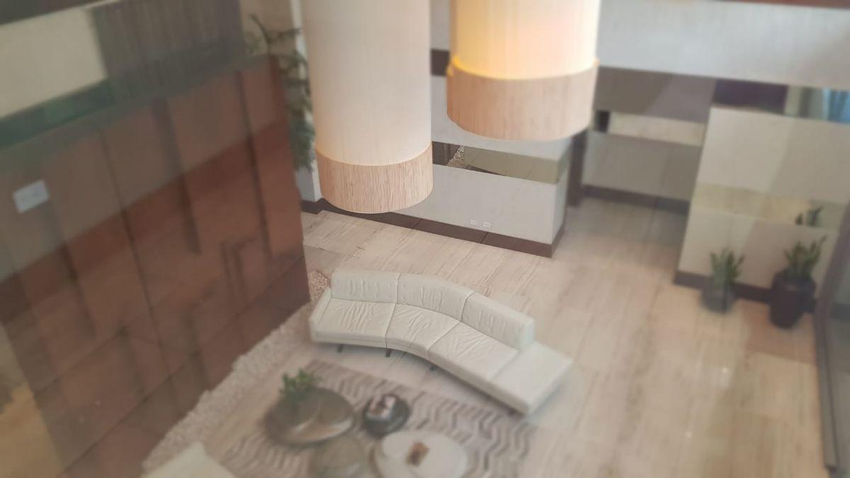 22 of 45: Lobby amueblado a doble altura