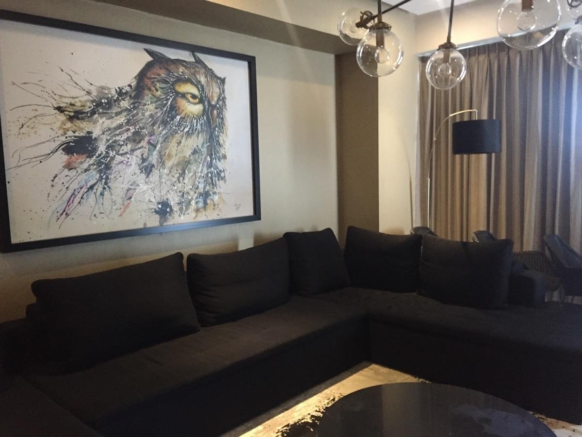 21 de 37: cuadros y lámparas con sofa cómodo en L