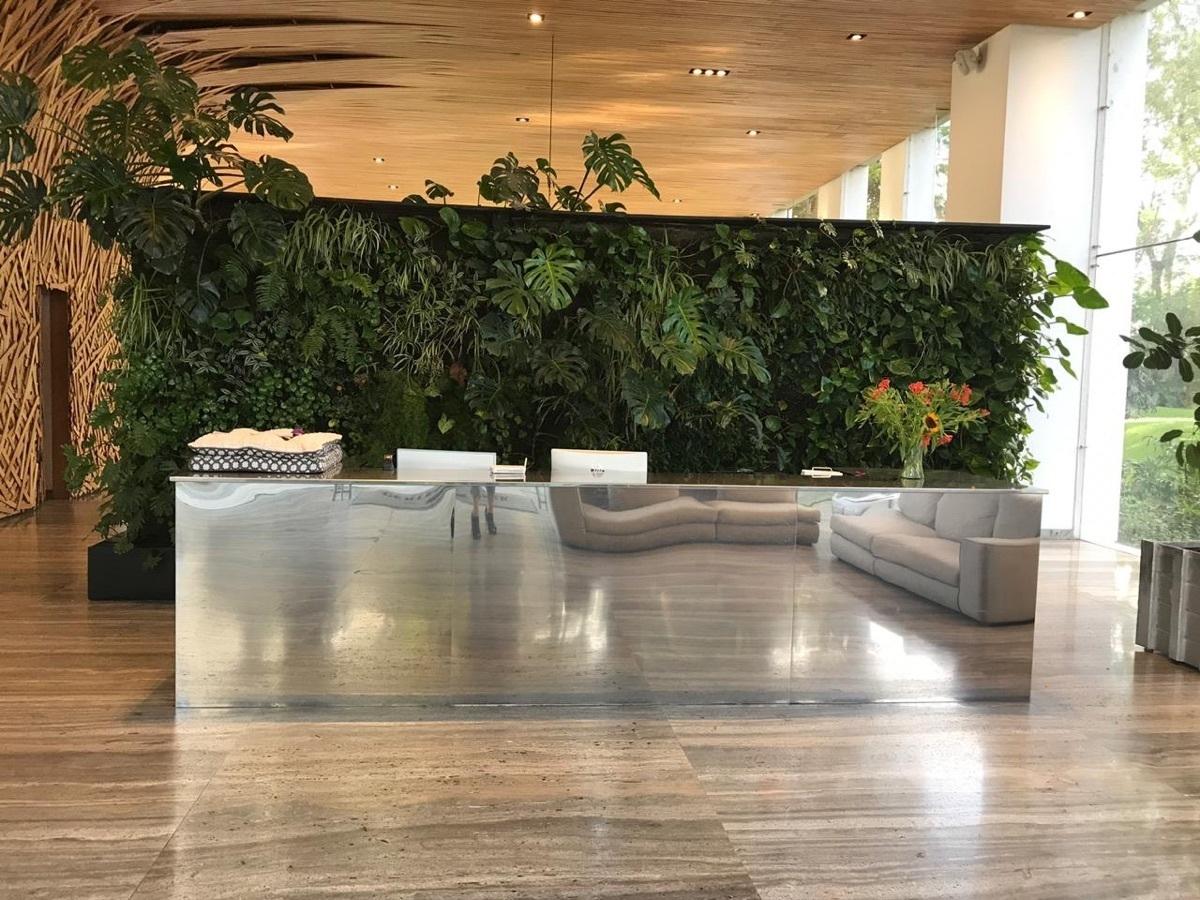 22 de 25: Lobby al ingreso con muro verde
