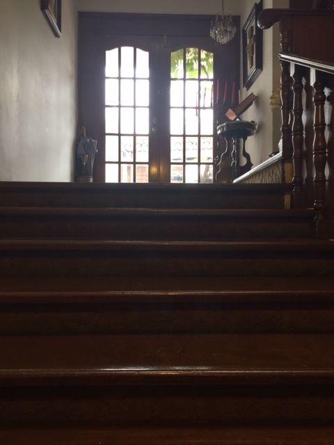 8 de 13: Entrada principal escaleras de madera