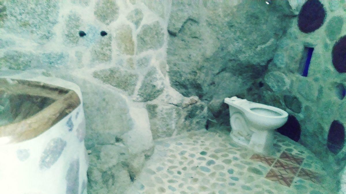 20 de 26: Bathroom shower area