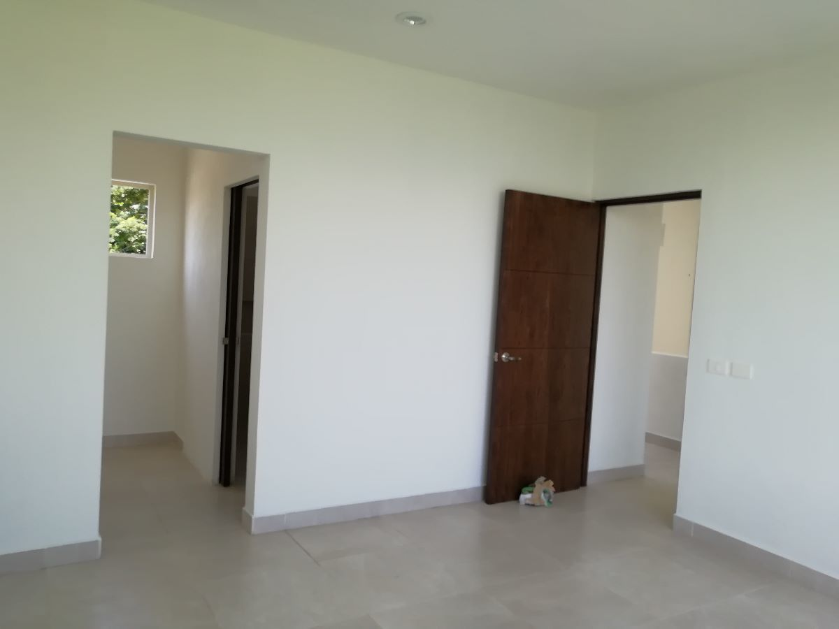 14 de 17: Interior Recamara Principal, Vista de Ingreso  closet y baño