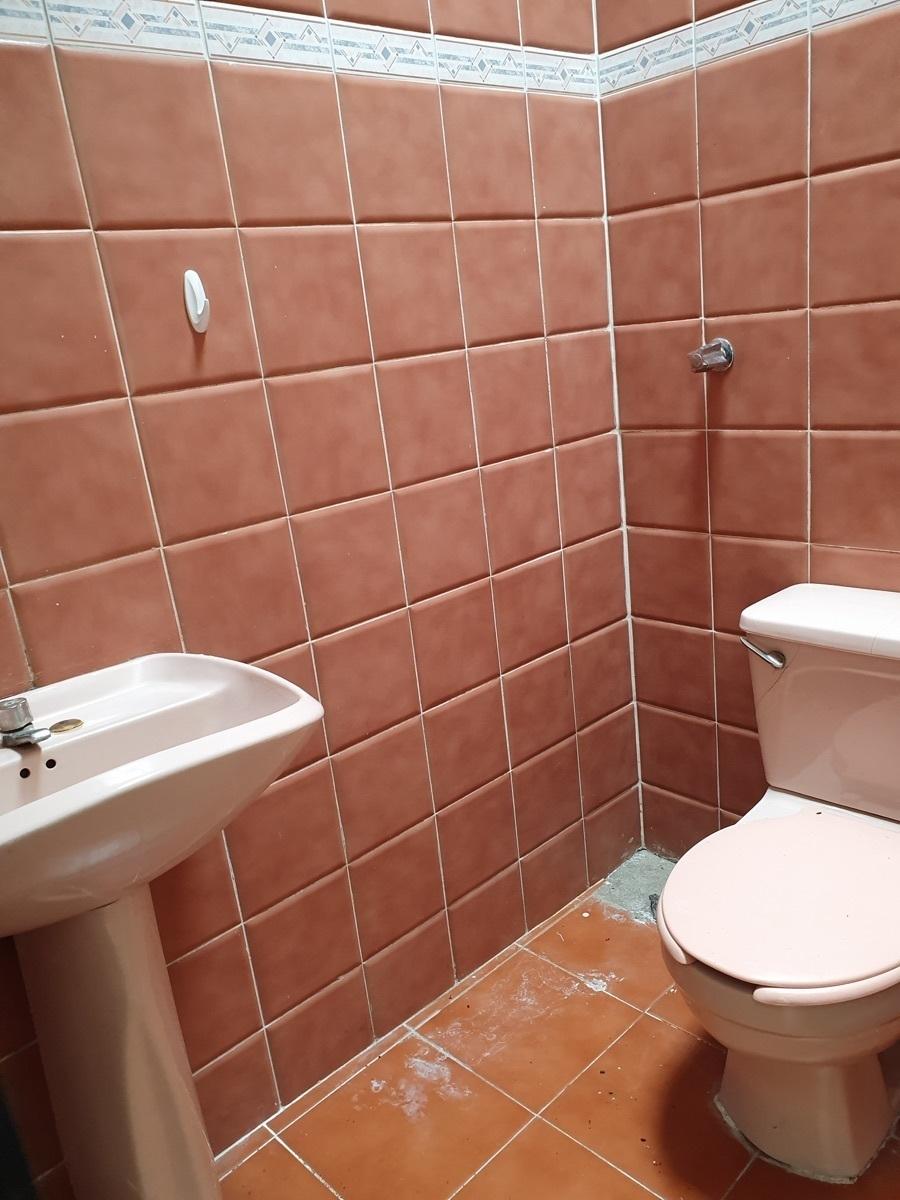6 de 6: Medio baño en excelentes condiciones.