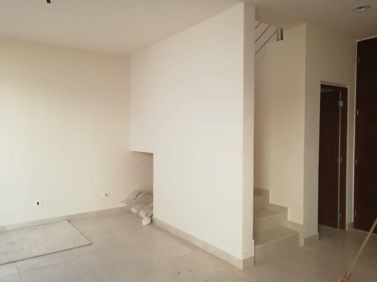 5 de 14: Sala, escalera y medio baño