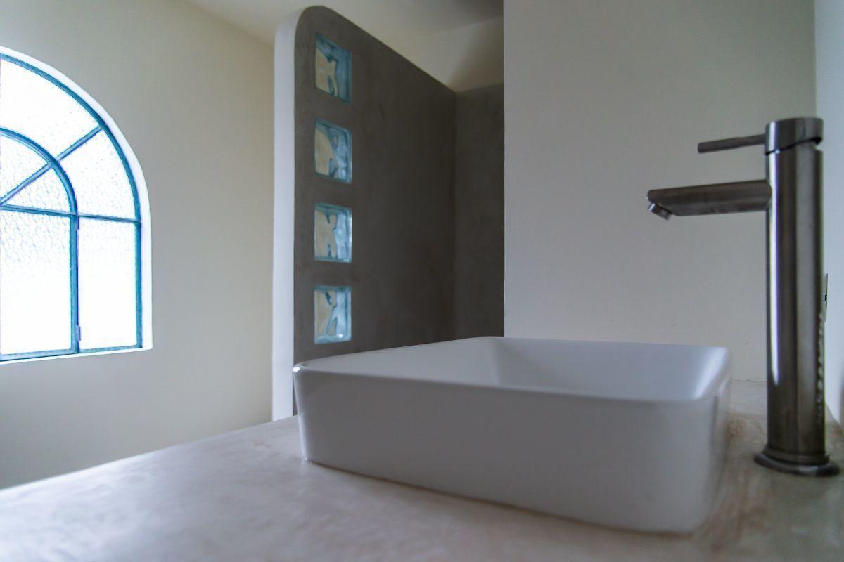 13 of 28: Baño Compartido segundo piso