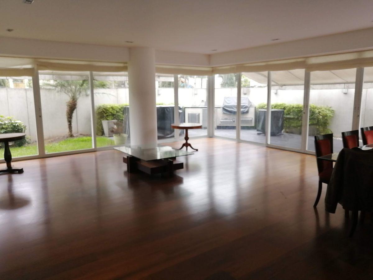 5 de 50: Gran sala con espacio para dos juegos de muebles con salida