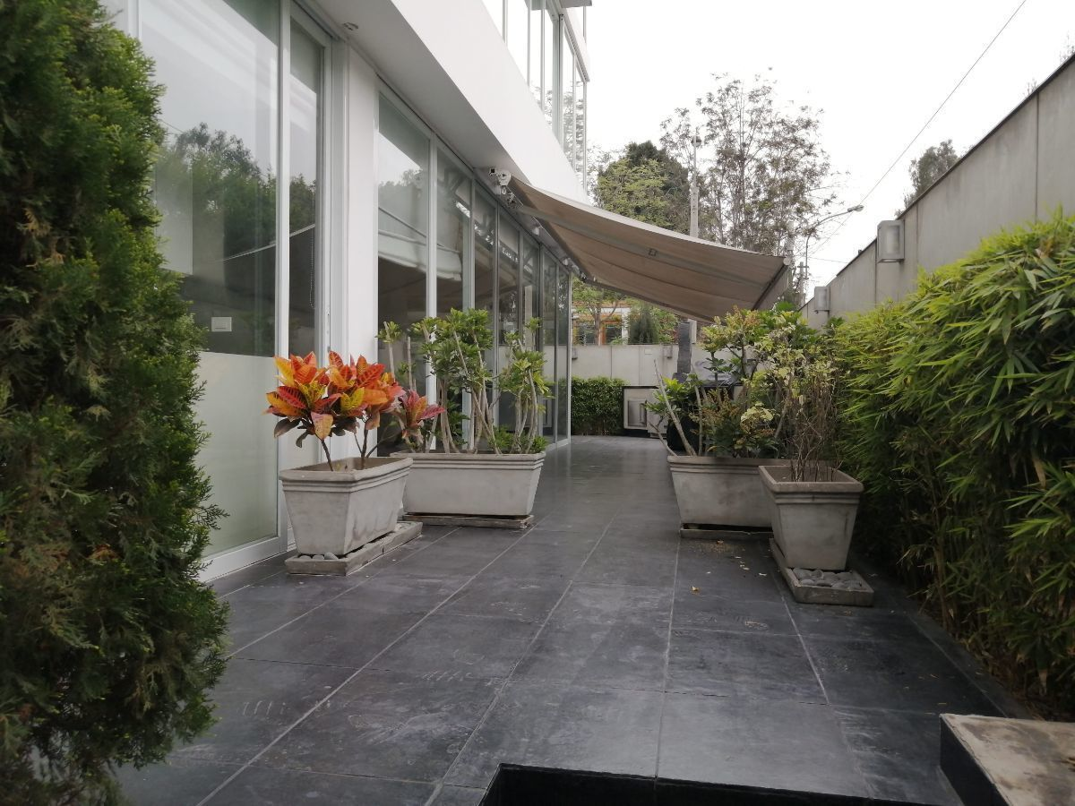 6 de 50: Amplia Terraza y por el otro lado jardín con pasto