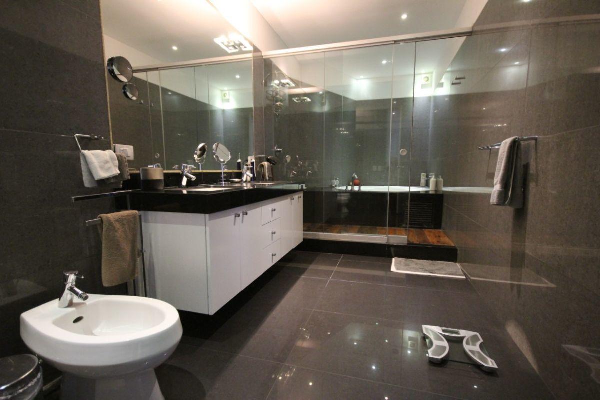 28 de 50: Gran baño principal con jacuzzi y deck y ducha separada
