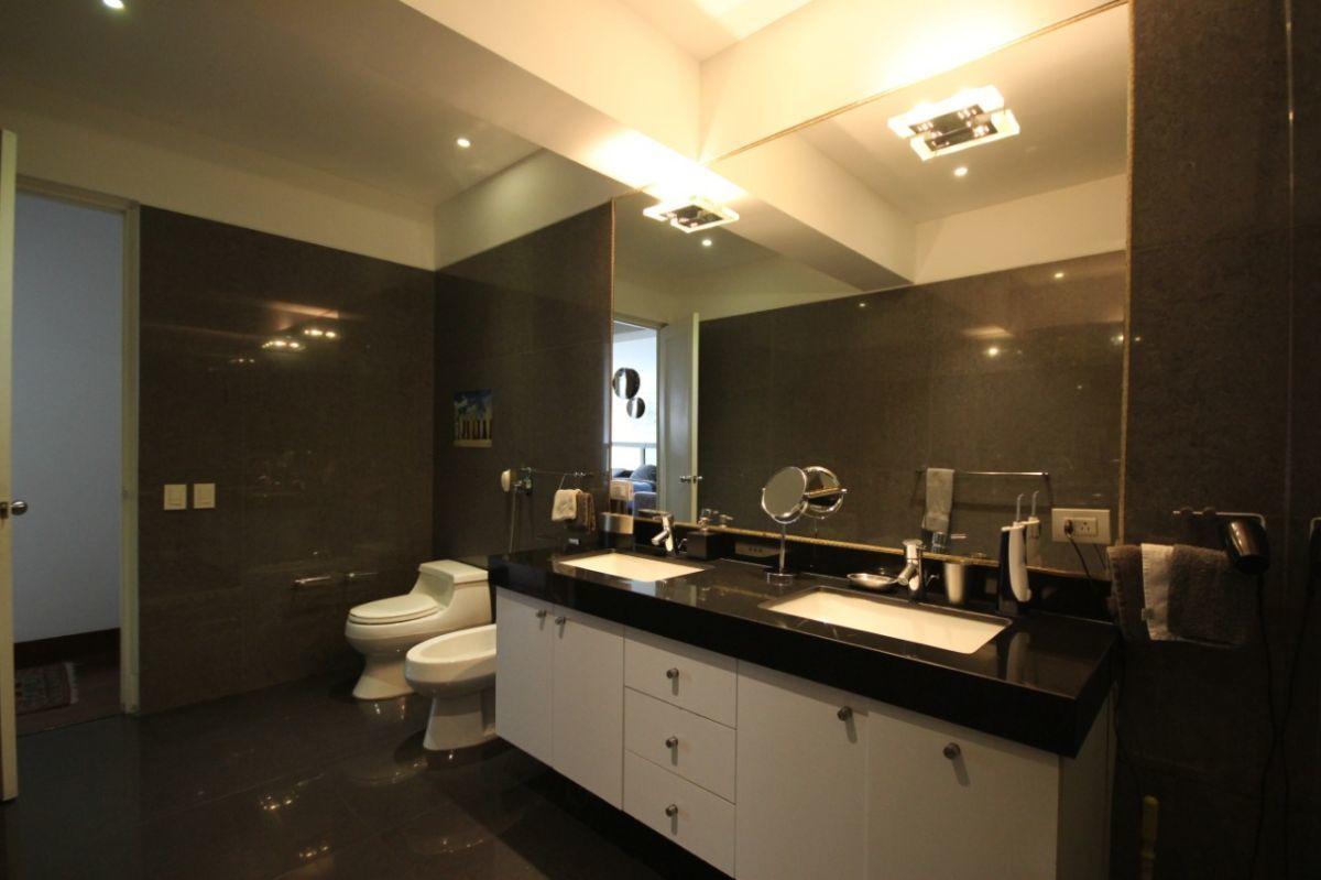 29 de 50: Gran baño principal con jacuzzi y dos ovalines Kohler