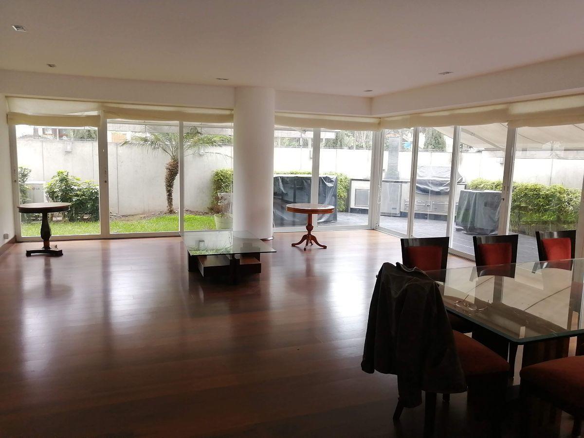 3 de 50: Gran sala con espacio para dos juegos de muebles con salida