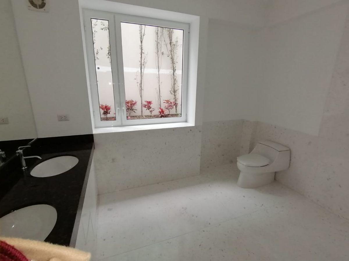 15 de 35: Amplio Baño Principal con 2 ovalines y gran ducha.