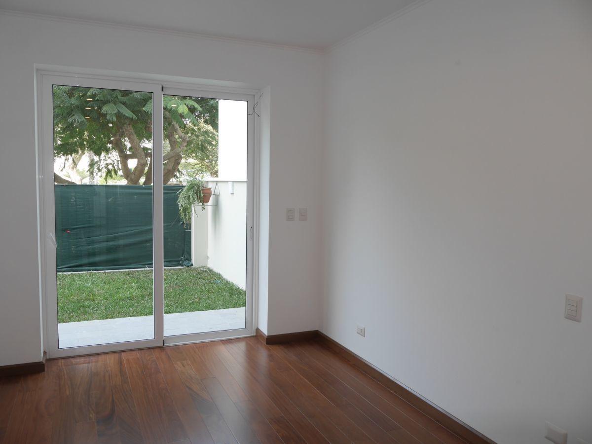 23 de 35: Dormitorio Secundario 1 con salida a Jardín y Vista a Parque
