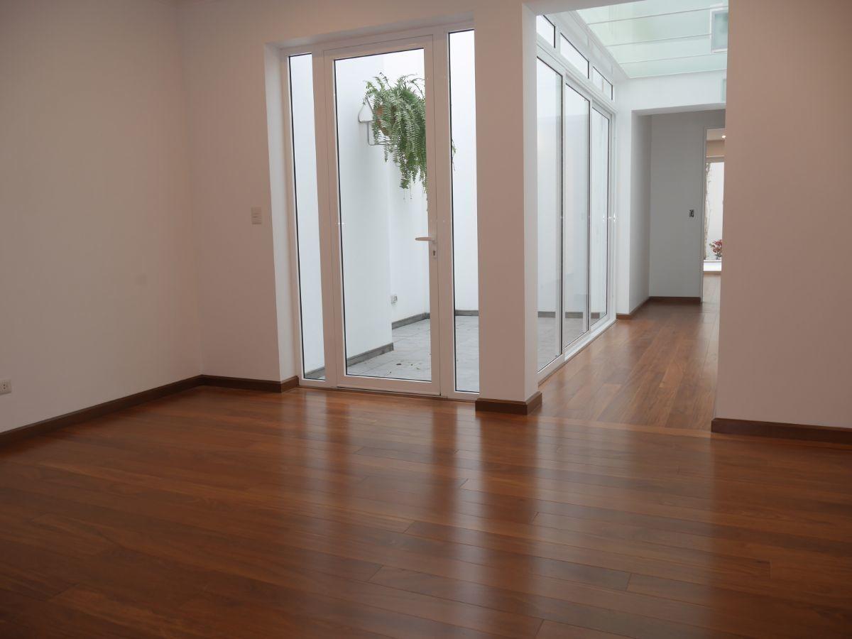 12 de 35: Sala Estar con patio interior 2, piso madera shihuahuaco.