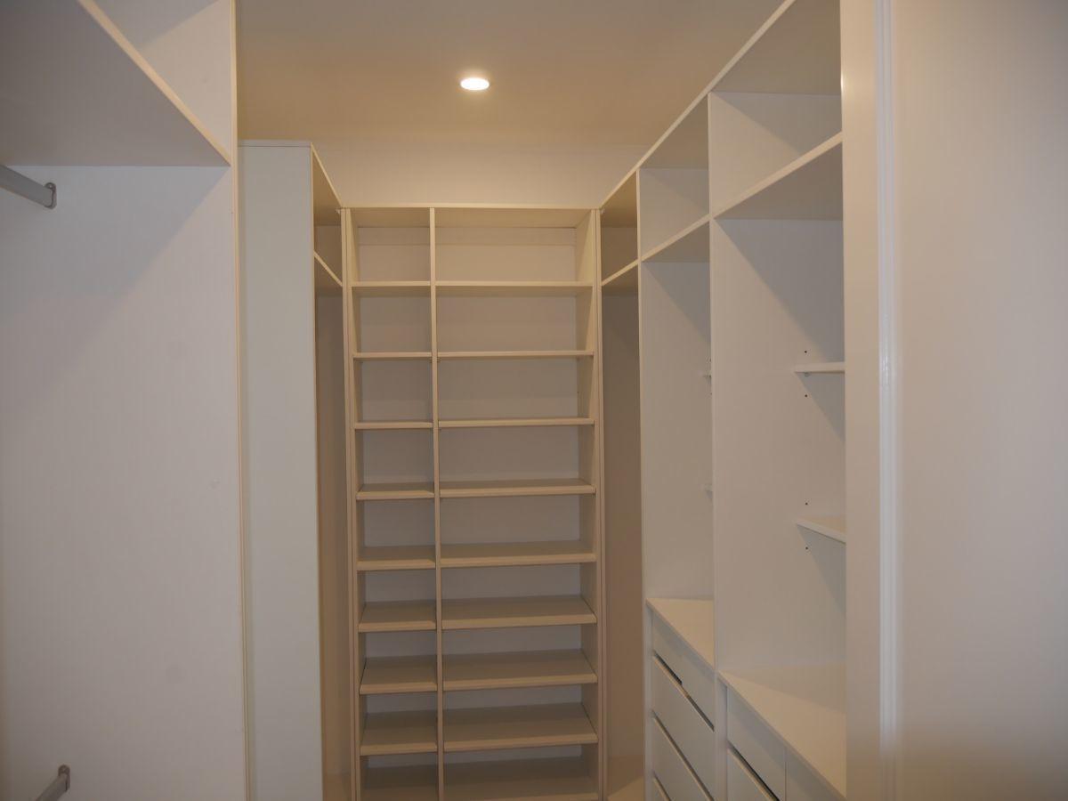 16 de 35: Amplio Walk-in-closet del dormitorio principal.