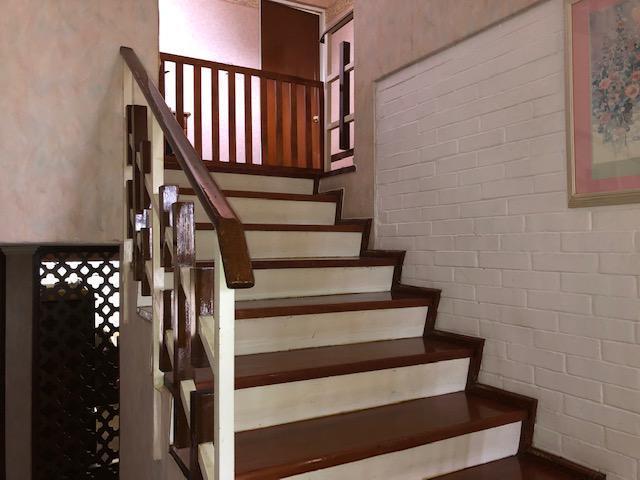 12 de 22: escaleras para pasar al antecomedor y cocina