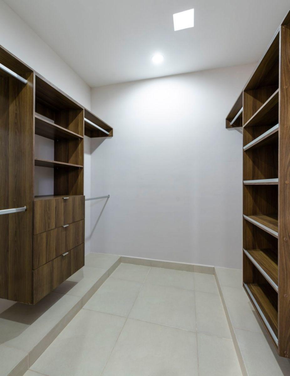 15 de 25: Closet Vestidor Recámara Principal