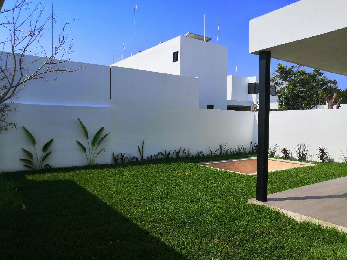 20 de 25: Jardín con Alberca