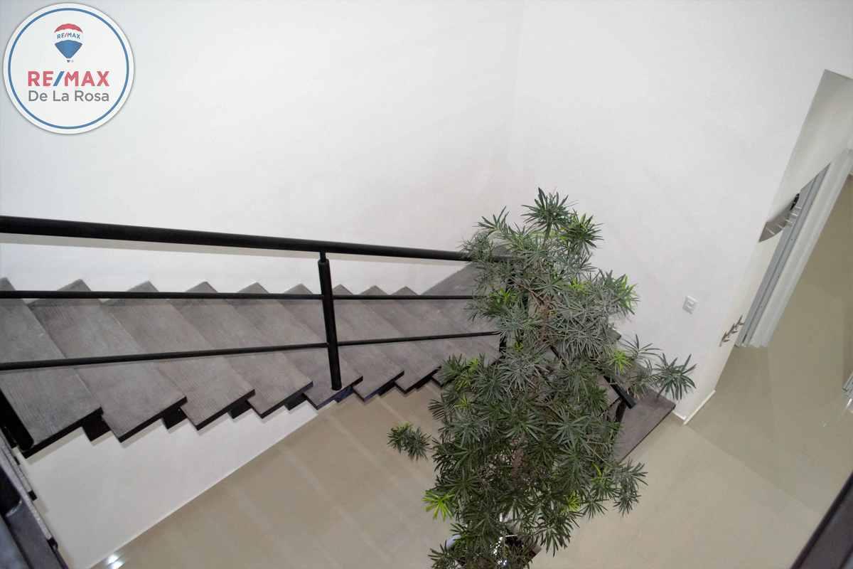 9 de 44: Escalera y árbol interior