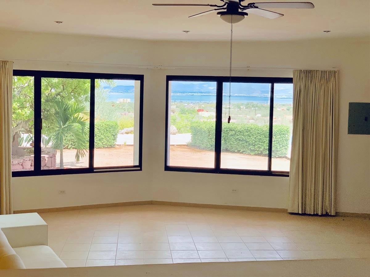 12 de 44: Sala con ventanales y vista a la alberca y la bahía.