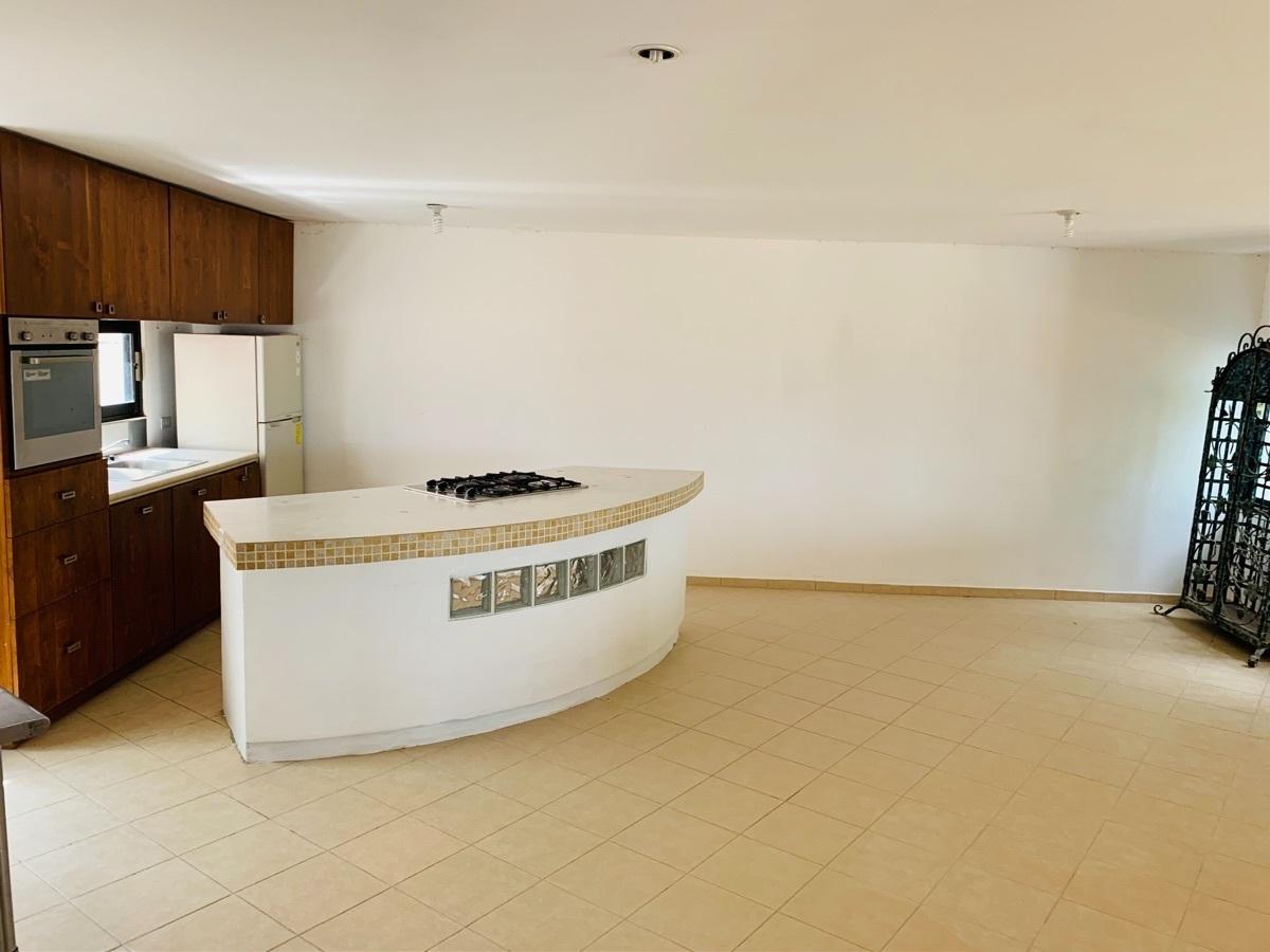 14 de 44: Comedor y cocina ,barra, estufa, horno, refrigerador.