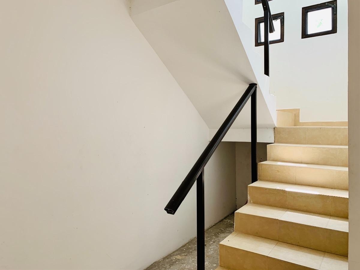 19 de 44: Escalera a segundo piso con vitropiso y barandal metalico.