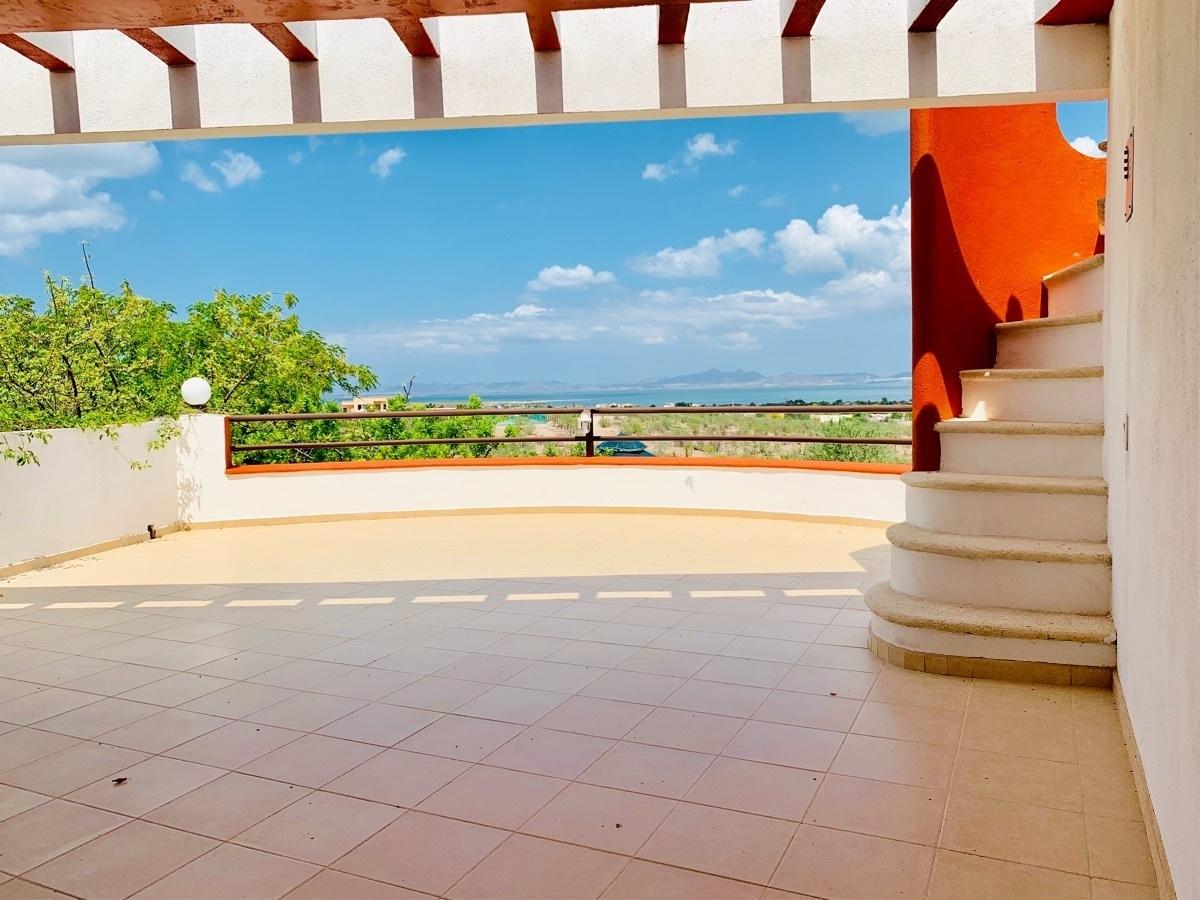 31 de 44: Amplia terraza con vista a la bahía y escalera en caracol .