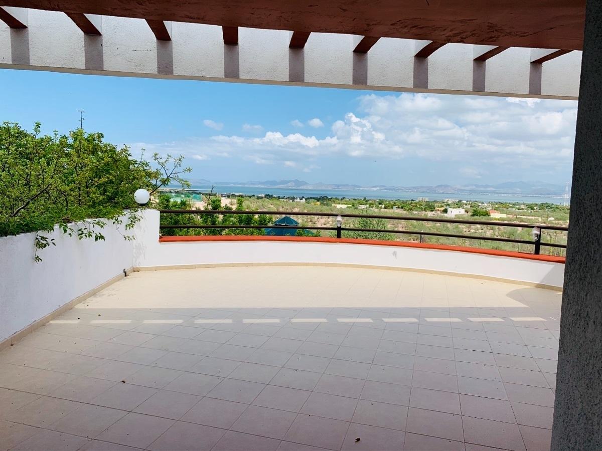 40 de 44: Amplia terraza con vigas, barandal .