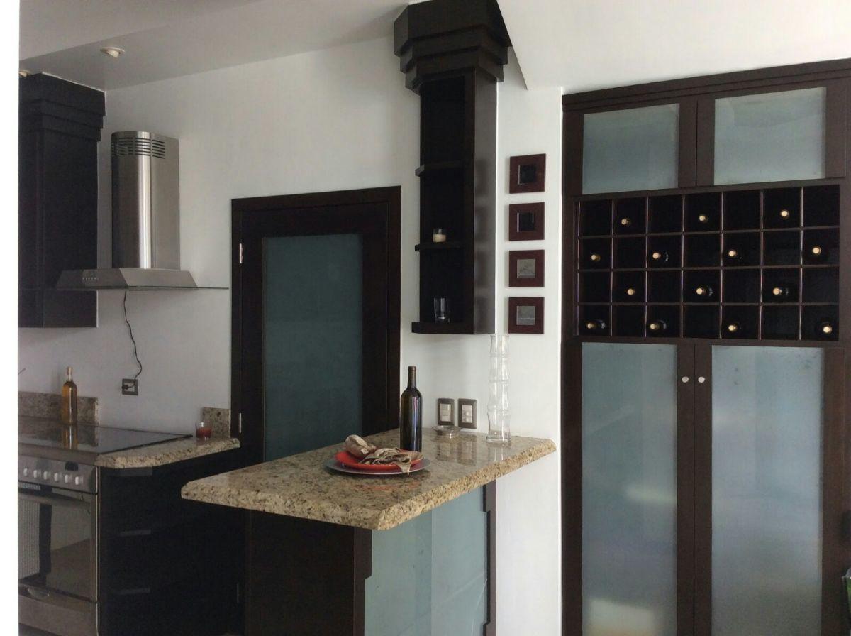 13 de 22: Vista parcial de la cocina y cava de vinos