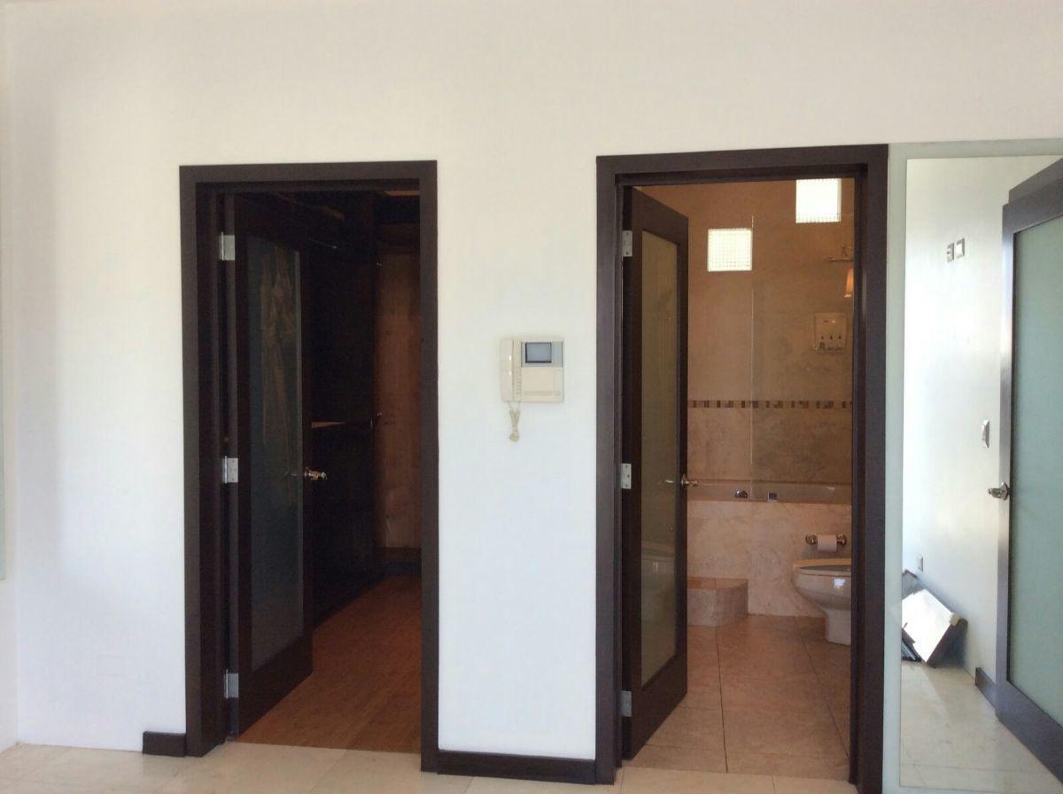 15 de 22: Walk-in closet y baño en la recamara principal