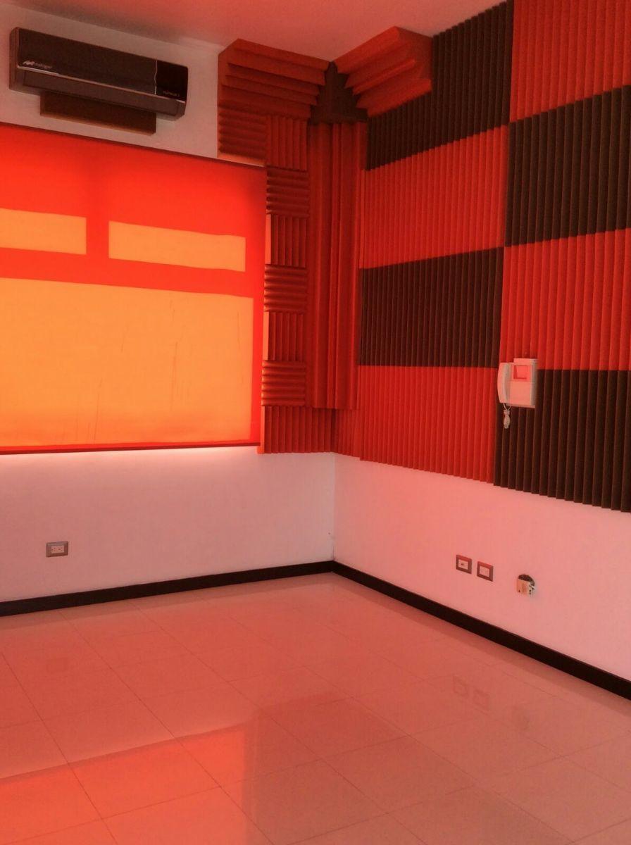 22 de 22: Cuarto con aislante de sonido, ideal para sala de cine.
