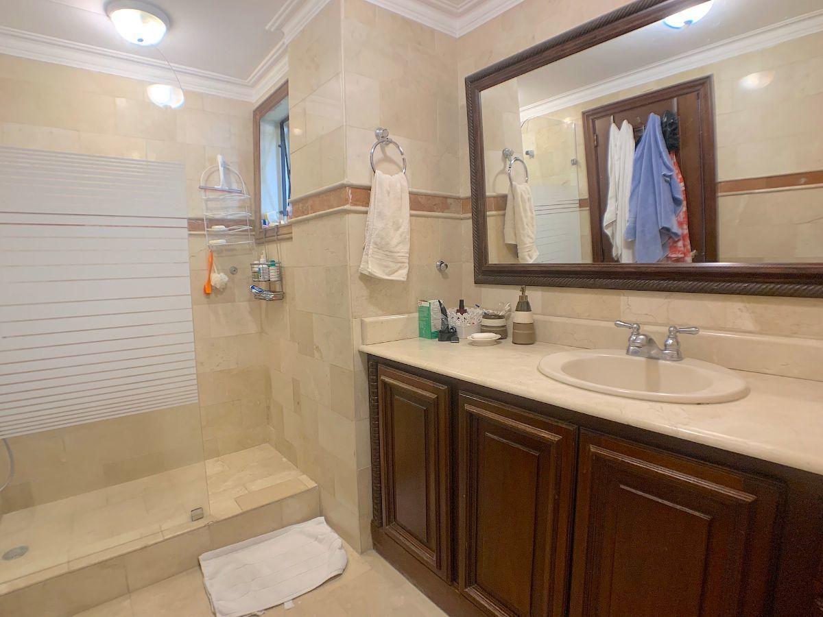 9 de 22: Todos los baños revestidos en mármol hasta el techo