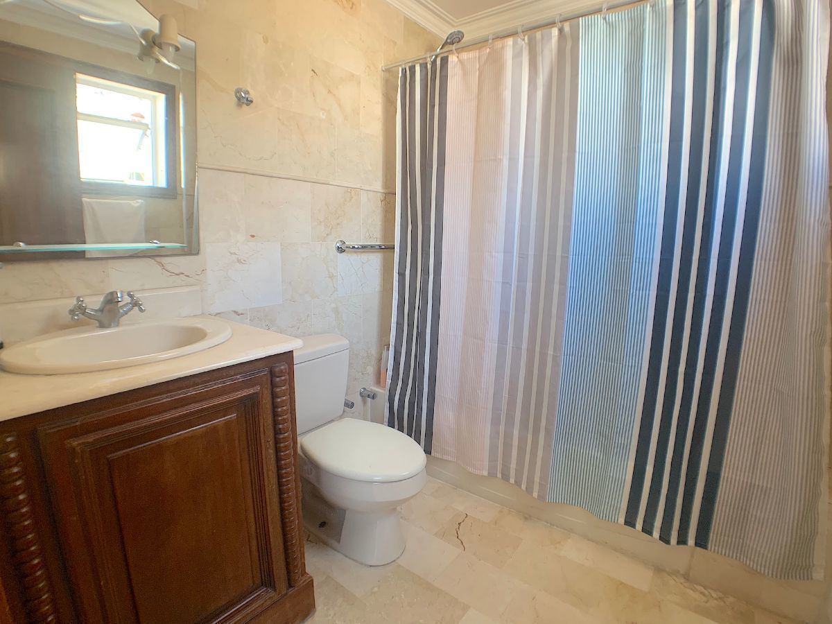 11 de 22: Todos los baños con muebles en caoba para el lavamanos