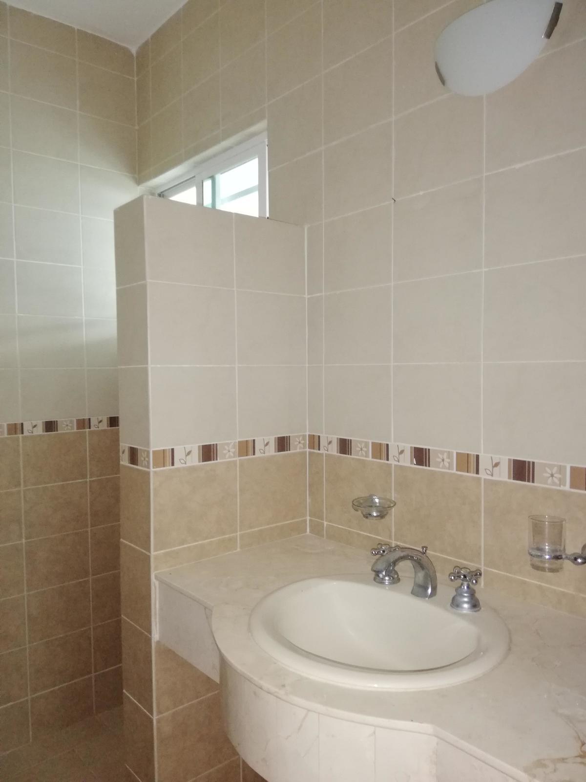 18 de 22: 2 baños completos con meseta de piedra