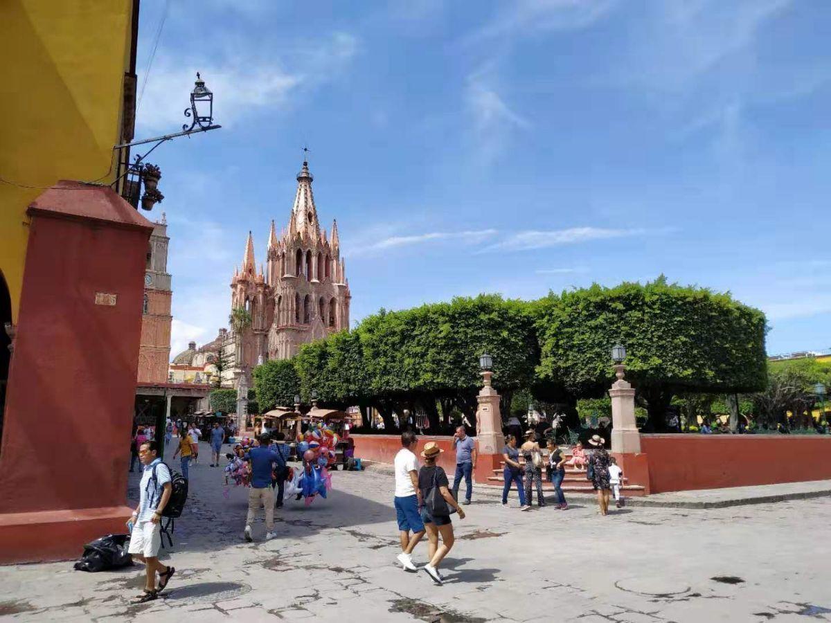 2 of 9: Plaza principal a 300 m