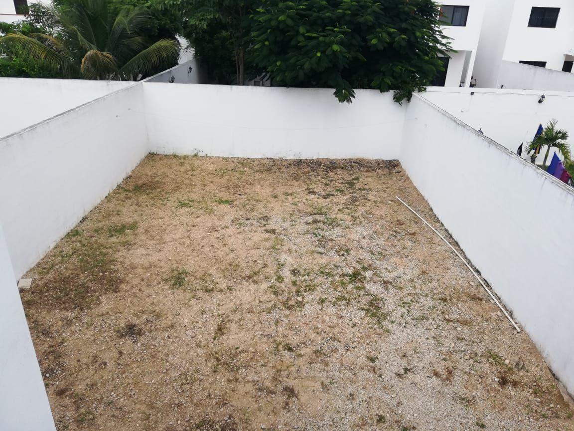 8 de 9: Amplio patio trasero sin cesped
