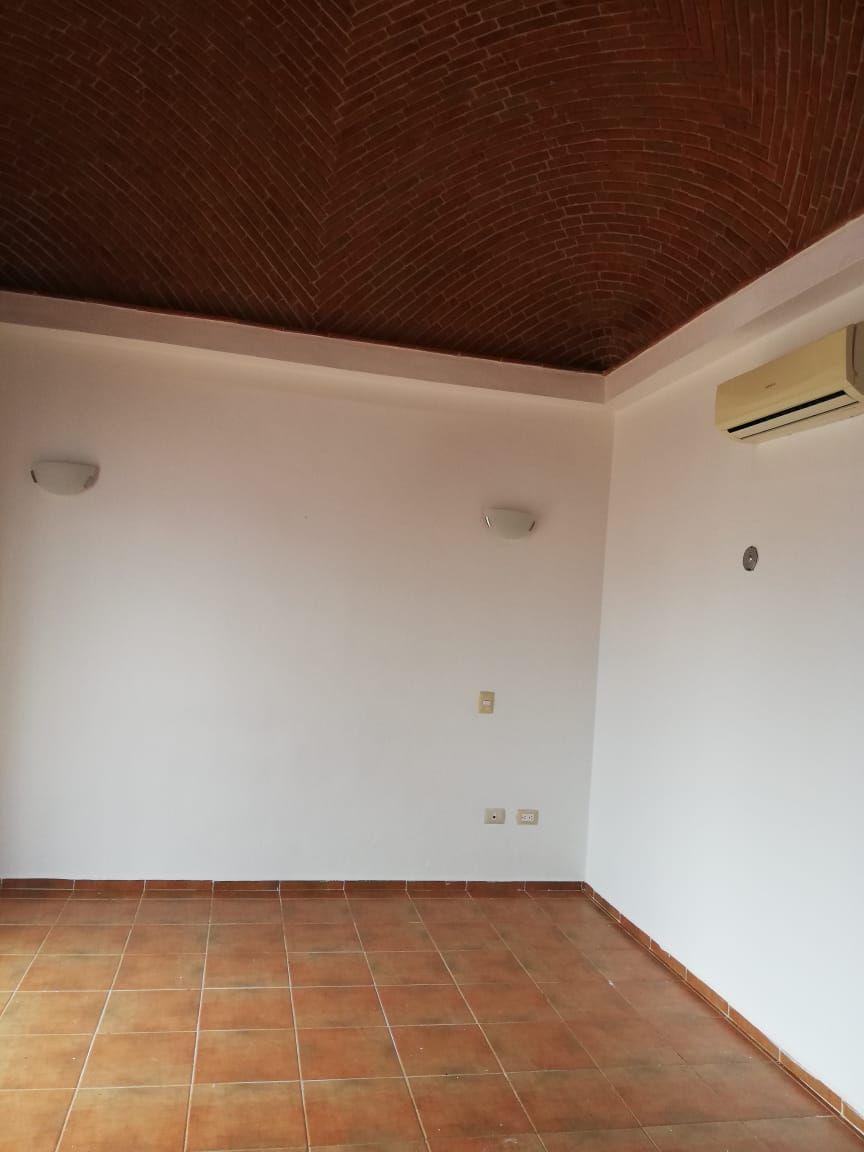 4 de 9: Recámara principal con bóveda catalana y baño completo