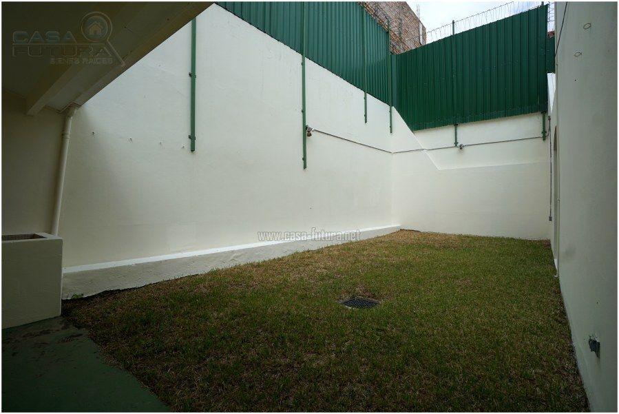 17 de 19: Muros muy altos y con serpentina para maxima seguridad