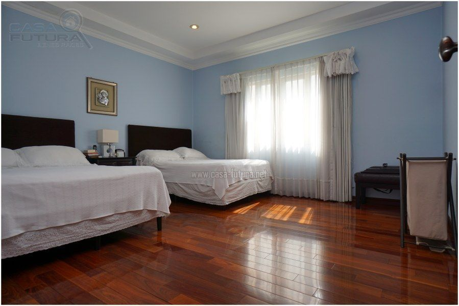 10 de 30: Habitacion secundaria con piso de madera
